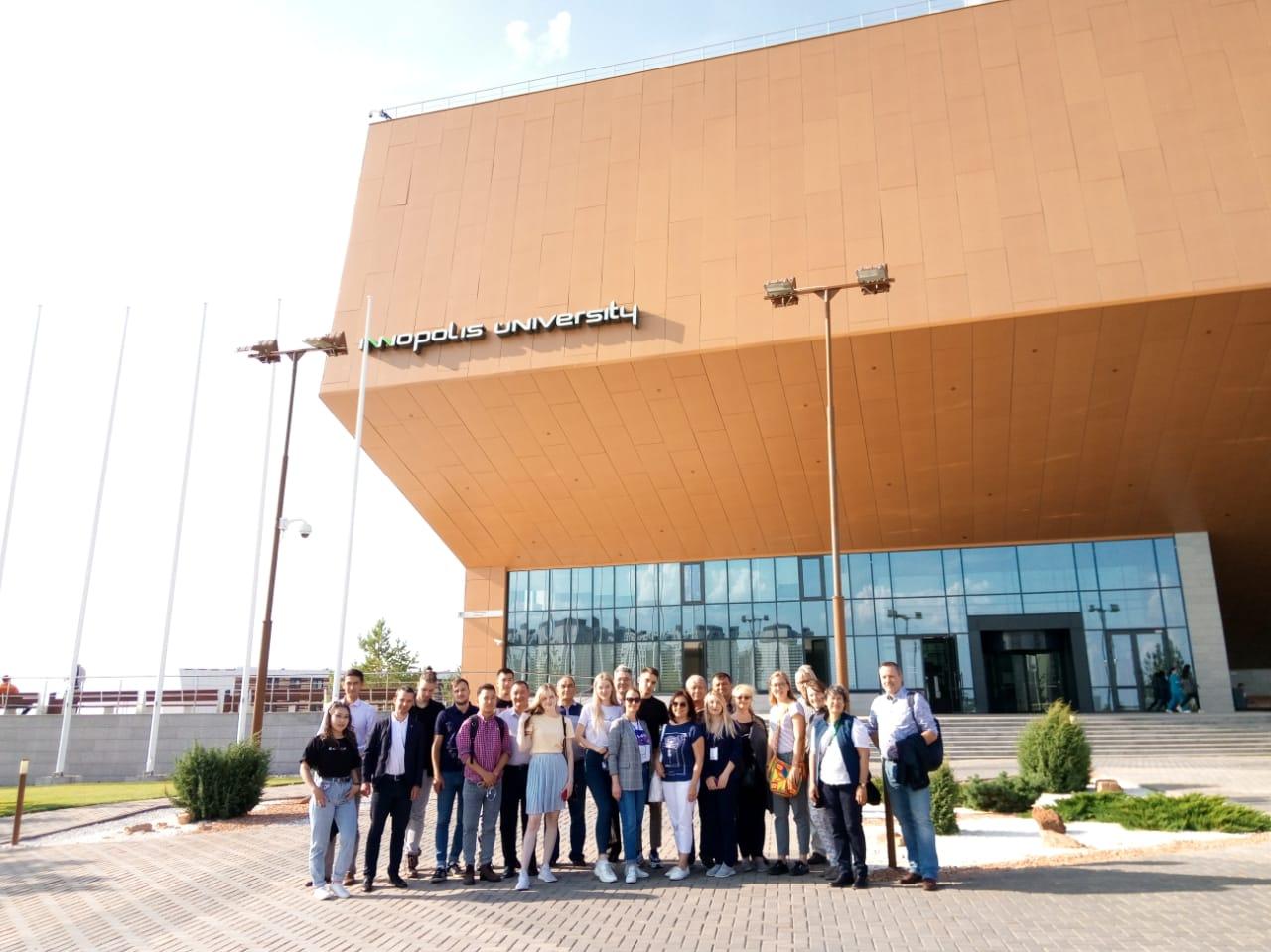 Innopolis - skupinska fotografija pred poslopjem univerze
