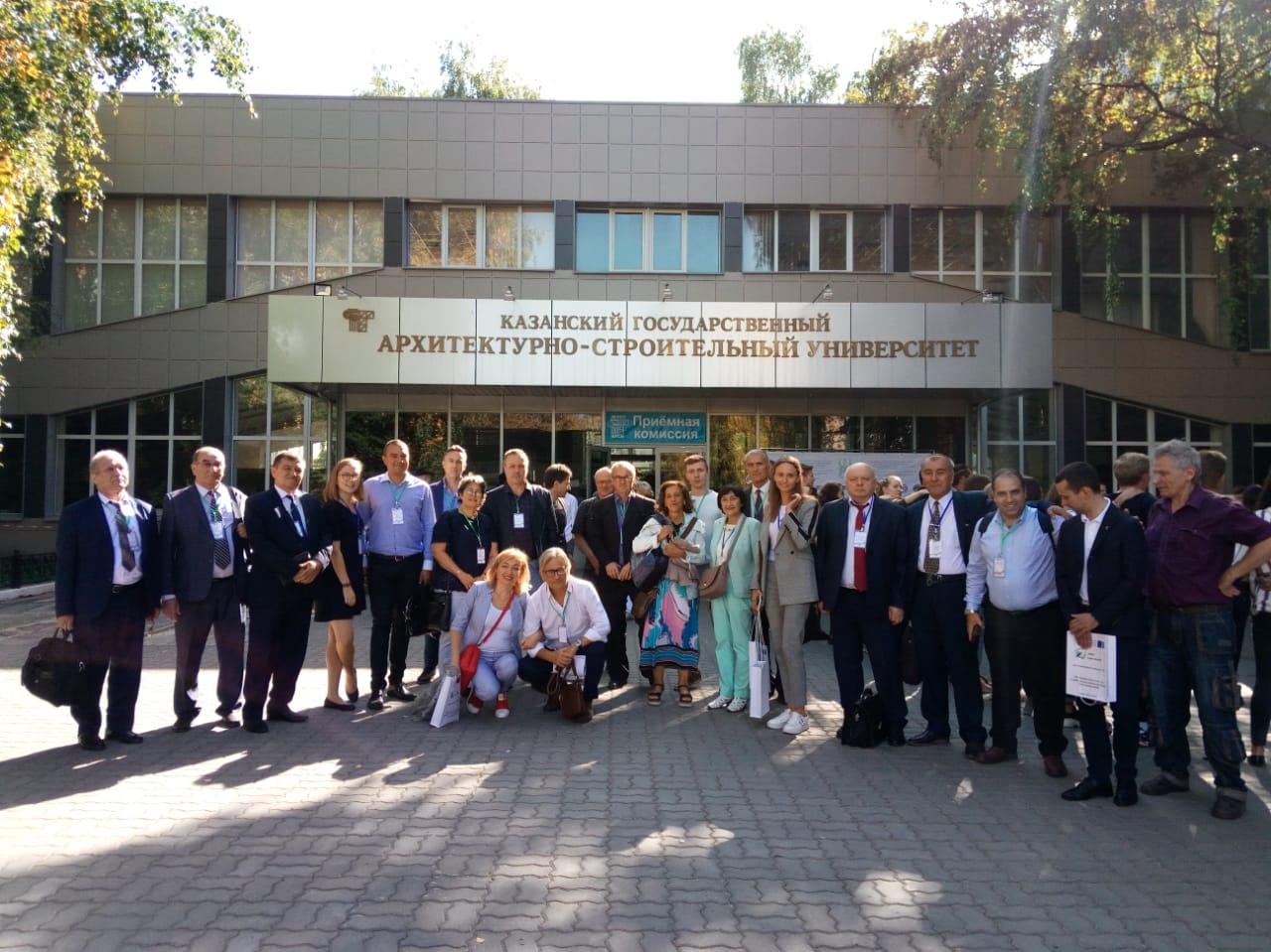 Skupinska fotografija pred poslopjem univerze